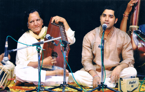 Picture of Samrat Pandit and his father Pt Jagdish Prasad, playing music on stage